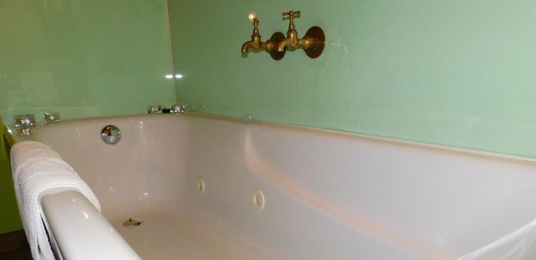 Bañeira hidormasaxe en Cuarto de Sol en Casa de Roque