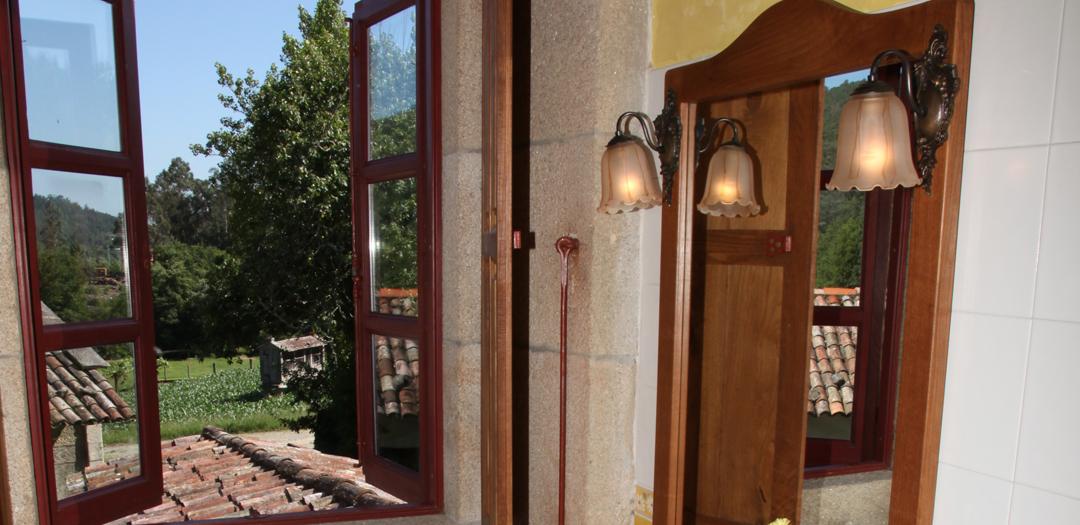 Vista desde interior de Cuarto do Tío Cura en Casa de Roque