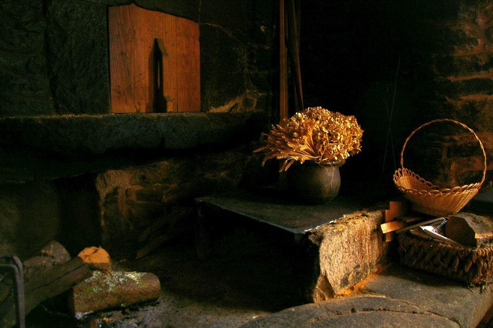 Detalle lareira en Casa de Roque Turismo rural de Galicia (Outes - A Coruña)