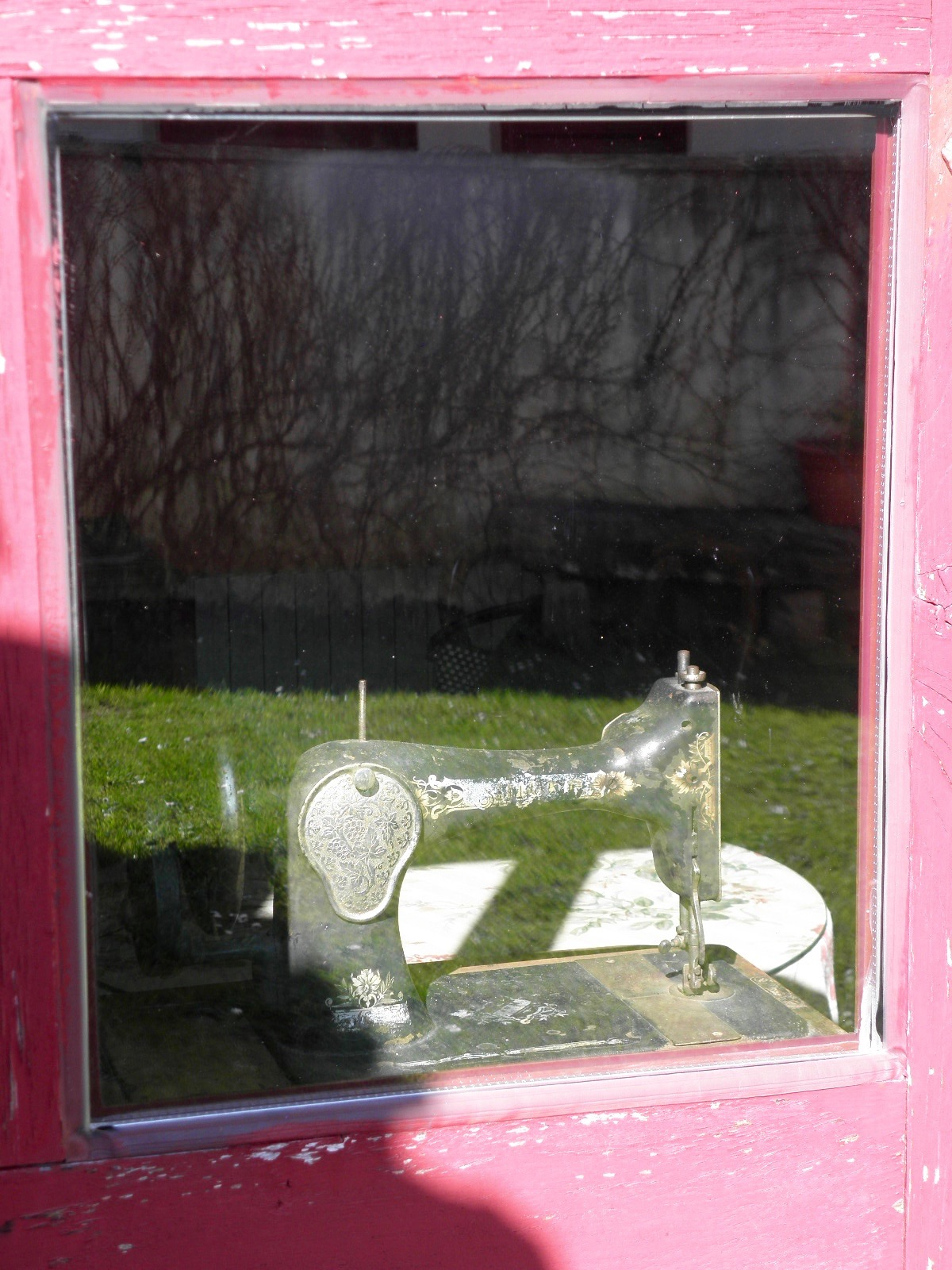 Ventana con máquina de coser en Casa de Roque Turismo rural de Galicia (Outes - Galicia)