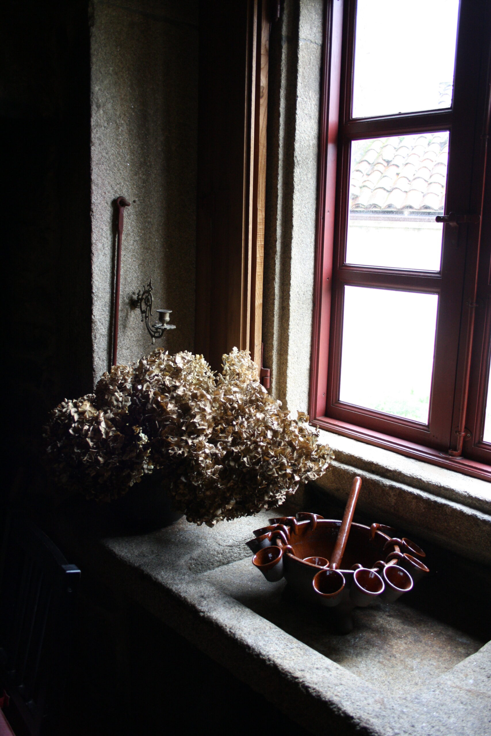 Ventana con flores y queimada en Casa de Roque